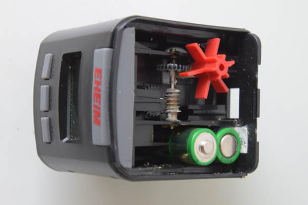 Korrekte Polarität der AA Batterien im Eheim Futterautomat